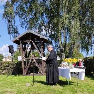Am neuen offenen Glockenturm sprach Pfarrer Erik Schumacher ein Einsegnungsgebet und dankte den Ehrenamtlichen, die den Glockenturm errichtet hatten.