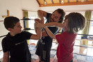 Trainer Fynn Freyhart zeigt den Kindern die richtigen Wrestling-Griffe.