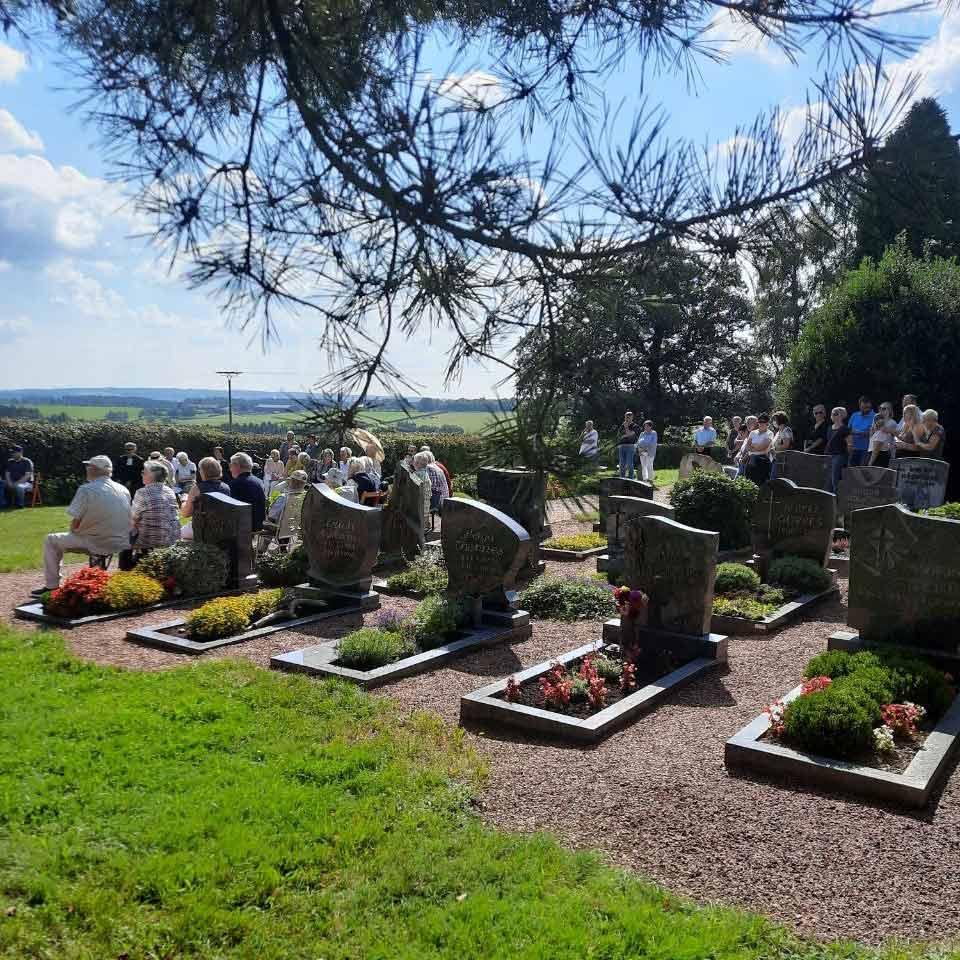 Bei freundlichem Spätsommerwetter hatten sich rund 65 Gottesdienstbesucher auf dem Ev. Friedhof Harperscheid versammelt.